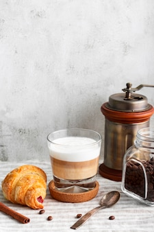Макро вкусный кофе с молоком и круассаном
