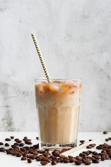 クローズアップの新鮮なアイスコーヒーを提供する準備ができて