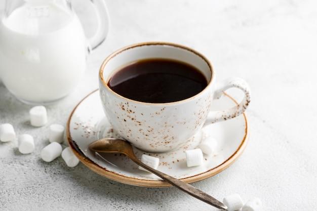 Макро свежая чашка кофе с сахаром