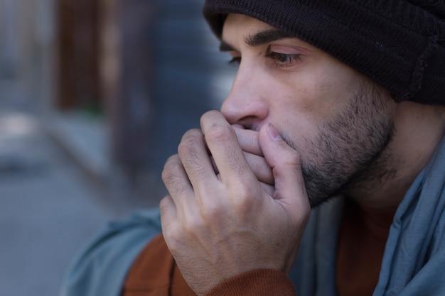 Крупным планом бездомный человек холодно