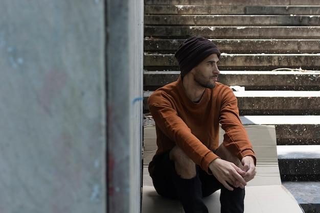Бездомный мужчина, глядя на открытом воздухе