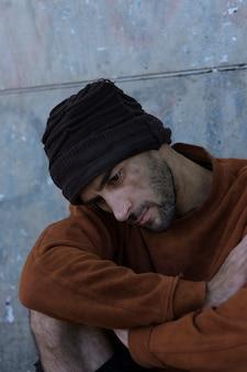 Высокий вид бездомного, живущего на улицах