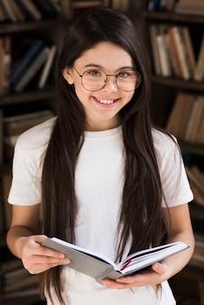 笑顔かわいい若い女の子の肖像画