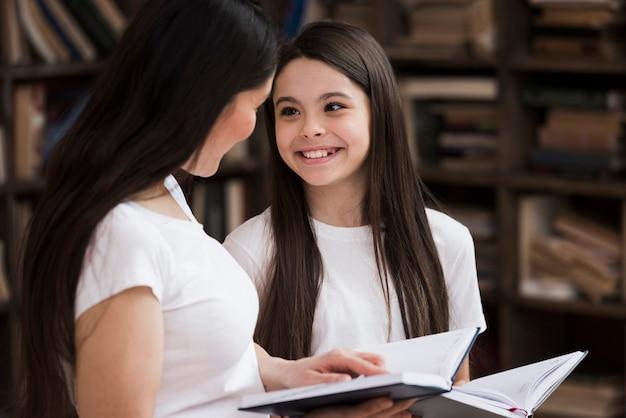 Макро женщина и молодая девушка улыбается