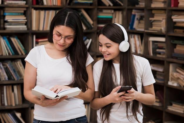 図書館で一緒に大人の女性と若い女の子