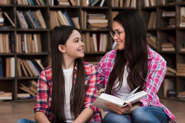 若い女の子と女性が一緒に笑って