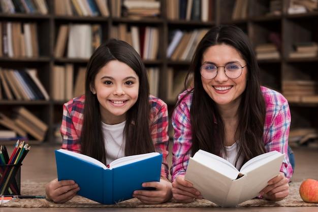 Вид спереди смайлик женщина и молодая девушка