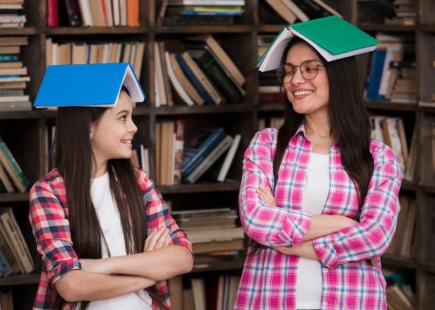 フロントビュースマイリー女性と若い女の子