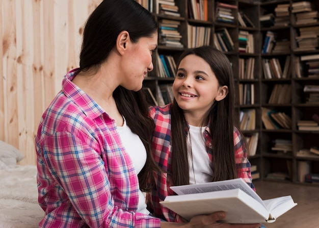 Взрослая женщина и молодая девушка улыбается