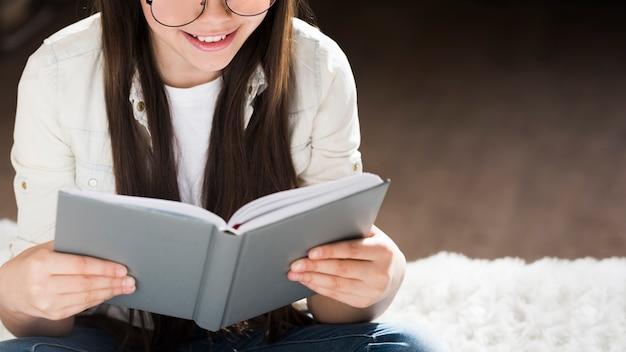 本を読んで愛らしい少女