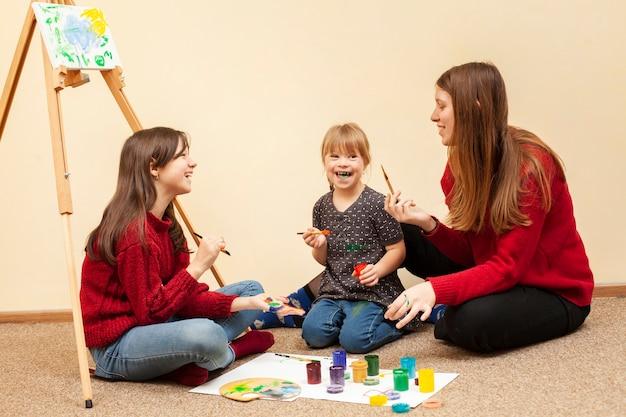 Девушка с синдромом дауна и женщина живопись