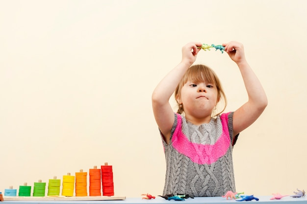 Девушка с синдромом дауна играет