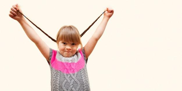 Счастливая девушка с синдромом дауна и копией пространства