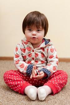 Вид спереди ребенка с синдромом дауна