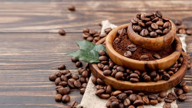 木製テーブルの上のコーヒー豆の正面図