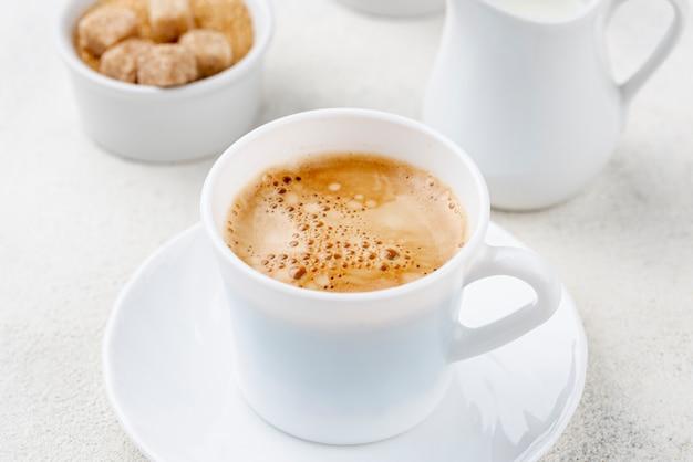 白いカップでコーヒーのクローズアップビュー