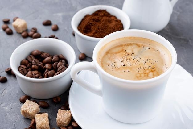 Вид спереди кофейной чашки и бобов