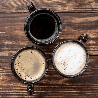木製のテーブルの上のコーヒーカップのクローズアップビュー