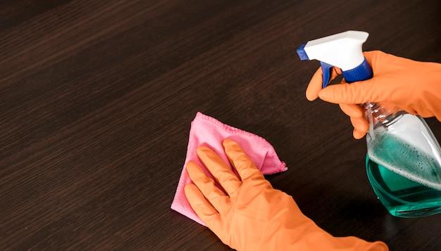 テーブルを掃除する女性の高角