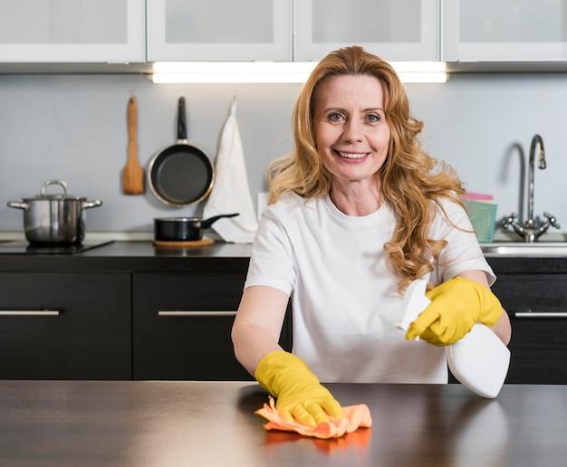 台所のテーブルを掃除する女性