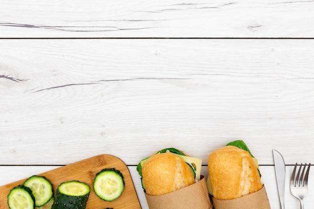 Вид сверху бутерброды с ломтиками огурца