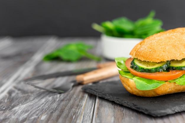 Бутерброд с ломтиками огурца и помидора