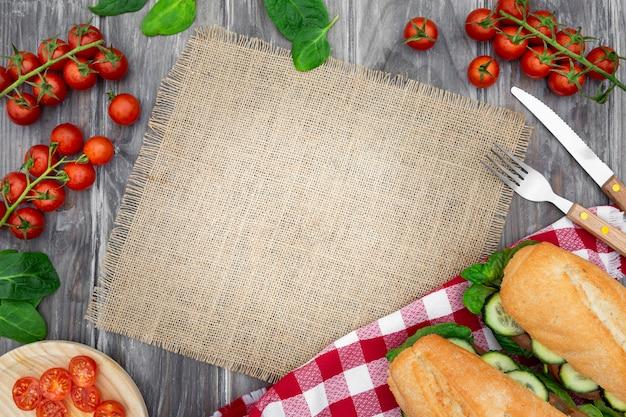 トマトとコピースペースのサンドイッチのフラットレイアウト