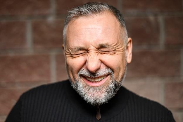 Вид спереди зрелый человек улыбается