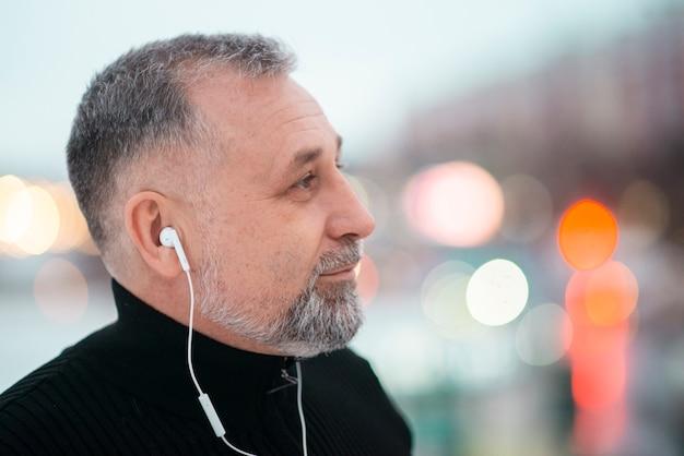 Человек слушает музыку снаружи с копией пространства