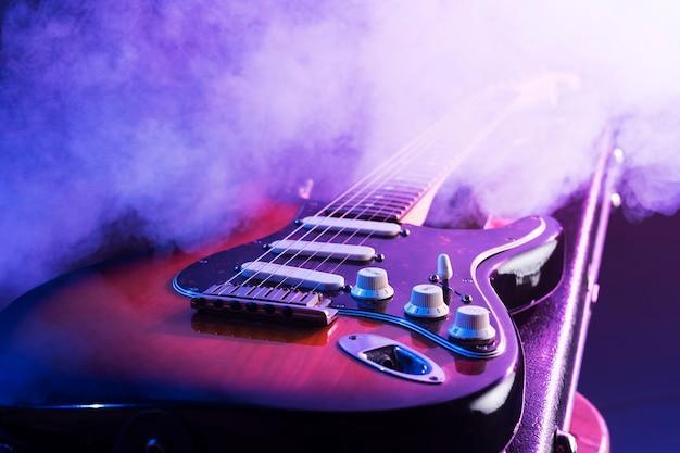 ステージ上のクローズアップのエレクトリックギター