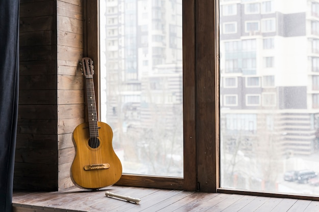 クラシックギターと近代的な都市都市アパート
