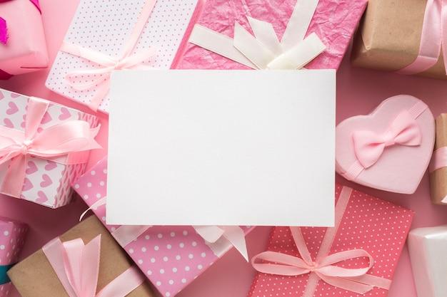 Розовые подарки с чистым листом сверху