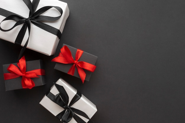 Вид сверху элегантных подарков с копией пространства