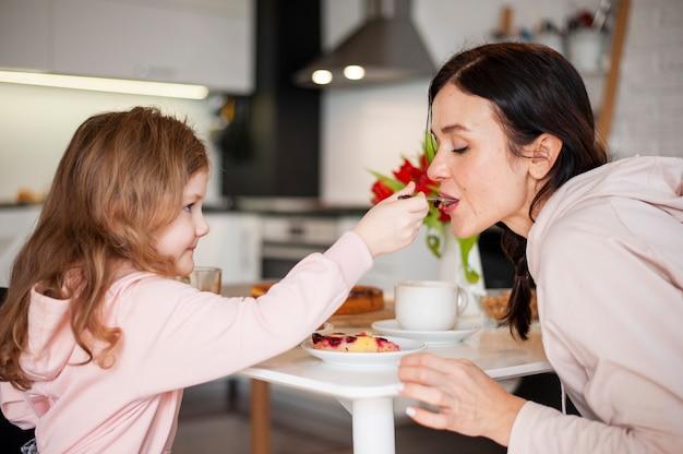娘と母が一緒にデザートを共有