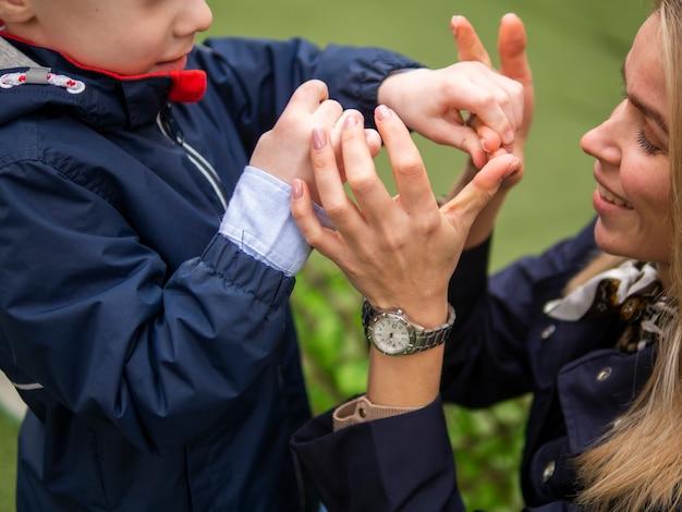 彼の母親と遊ぶ愛らしい少年