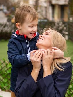 ママと遊ぶ愛らしい少年
