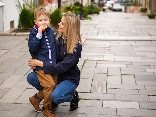正面の母と息子が一緒にポーズ