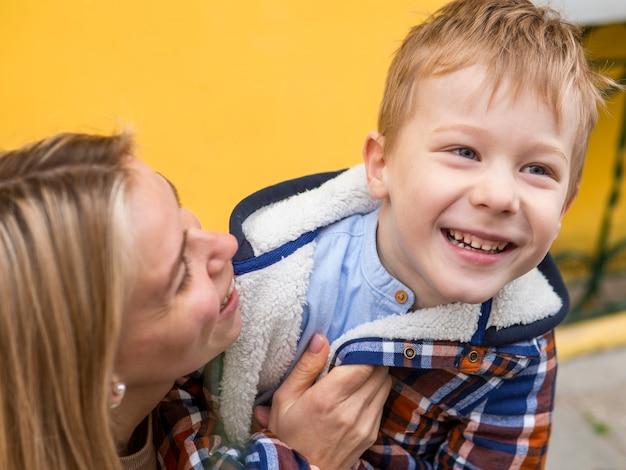 クローズアップの愛らしい少年と彼の母親