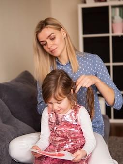 Блондинка мама и молодая дочь вместе