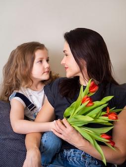 Прелестная молодая девушка и мать вместе