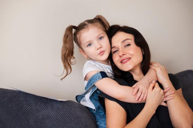 Прелестная молодая девушка позирует с матерью