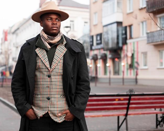 Портрет красивый молодой мужчина позирует на улице