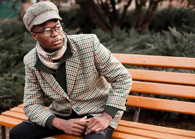 Портрет стильный молодой мужчина позирует на улице