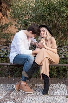 Пара на скамейке улыбается