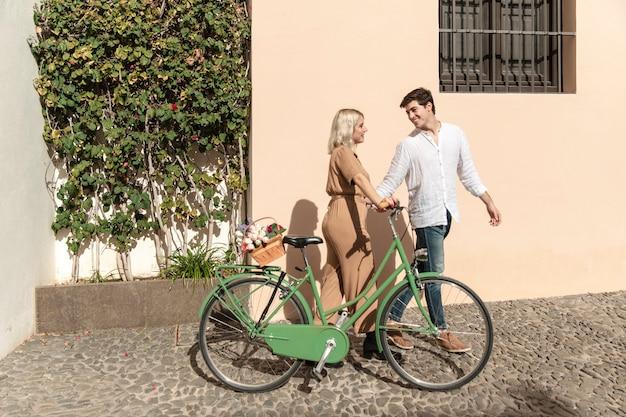 Пара на прогулке с велосипедом