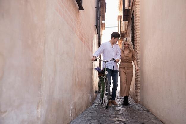 Пара с велосипедом на улице для прогулки