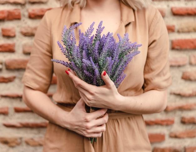 ラベンダーの花の花束を持つ女性