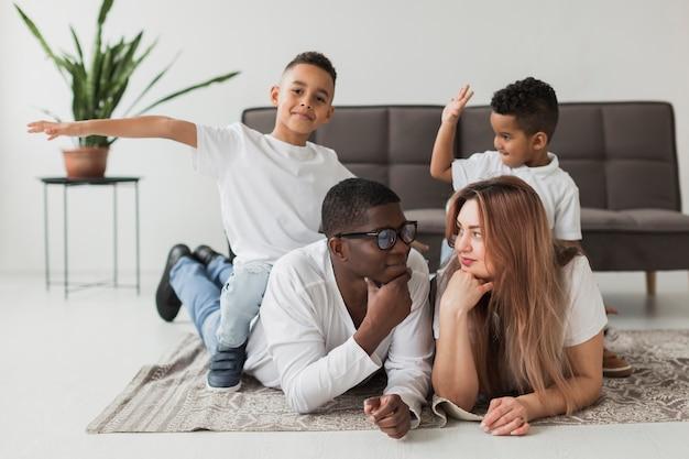 幸せな家族が一緒に時間を過ごす