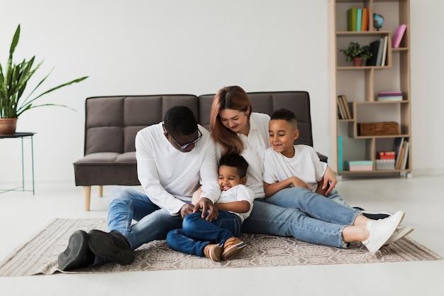 床で一緒に楽しんで幸せな家族
