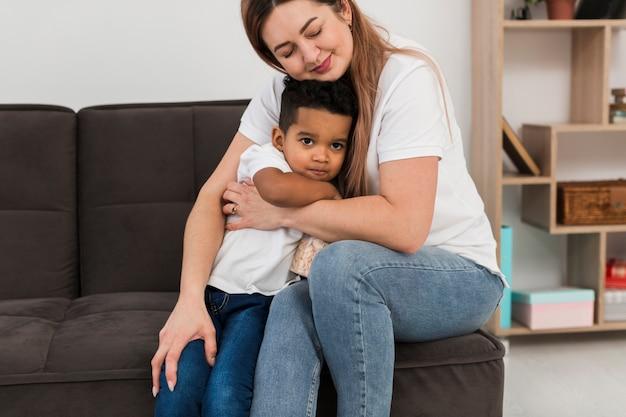Мать обнимает сына